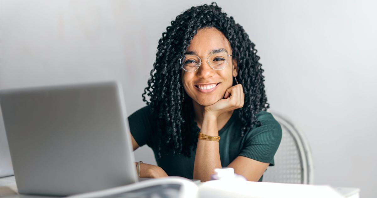 femme souriante bien-être au travail
