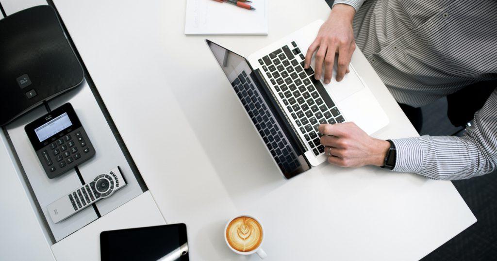 Ordinateur travail café homme femme