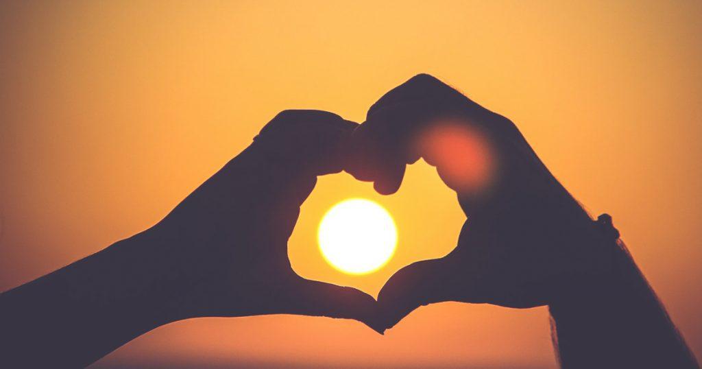 coeur avec les main soleil relaxyo