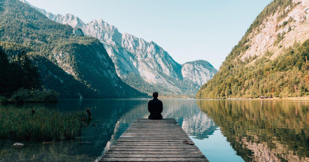 Homme seul devant un lac beau relaxant détente Relaxyo