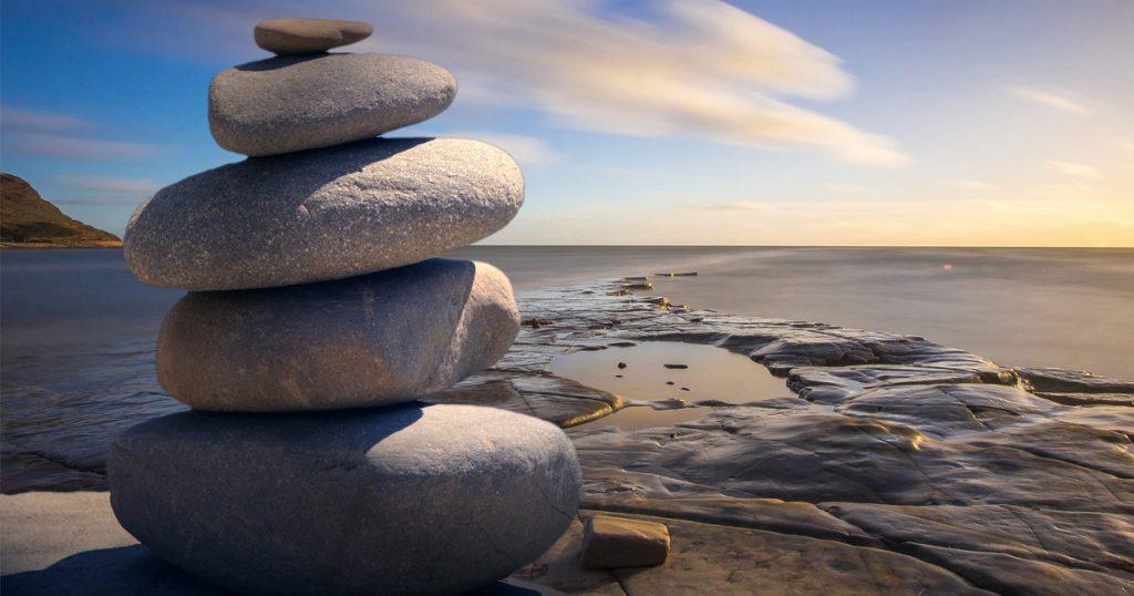 équilibre pierres plage